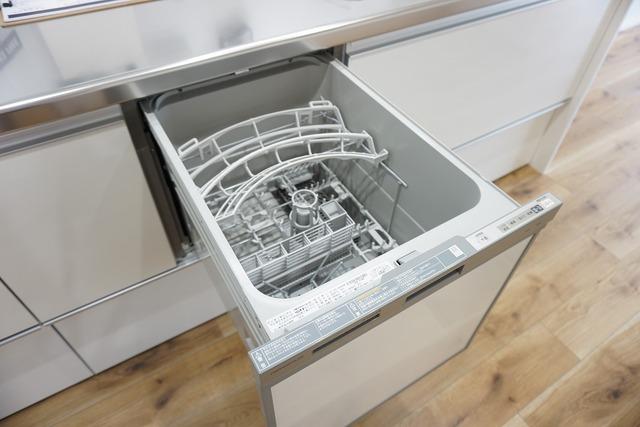 ビルトインタイプの食器洗浄乾燥機。調理スペースが広がり、キッチンをスッキリ使う事ができますね。