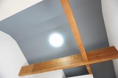 天井の梁を見せることで開放感や通気性がアップし、おしゃれで明るい空間に仕上がっています。