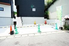 駐車スペース2台分あります^^前面道路は4.0mに面しています。