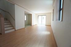 リビングは、大きな窓があり陽光あふれる明るい空間です。リビングからの続き間として和室もご用意していますよ^^