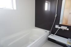 同仕様写真。1日の疲れを癒すくつろぎのバスルーム。足を伸ばしてもゆったりと入れるサイズです。お子様と一緒にお風呂に入っても狭くないですね(^^