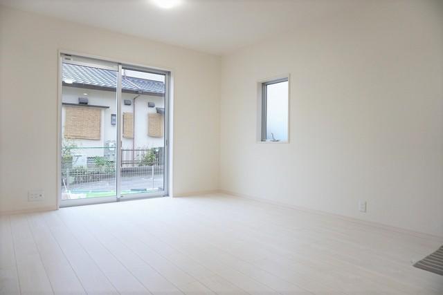 同仕様写真。大きな窓のあるリビングは、陽光あふれる明るい空間です。居心地良く、ご家族皆がゆったり寛げる憩いの空間となりそうです^^