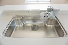 同仕様写真。大きめの鍋も洗える使い勝手の良い異形シンク。水はねの音や食器が当たる音を大幅に軽減する静音仕様です。