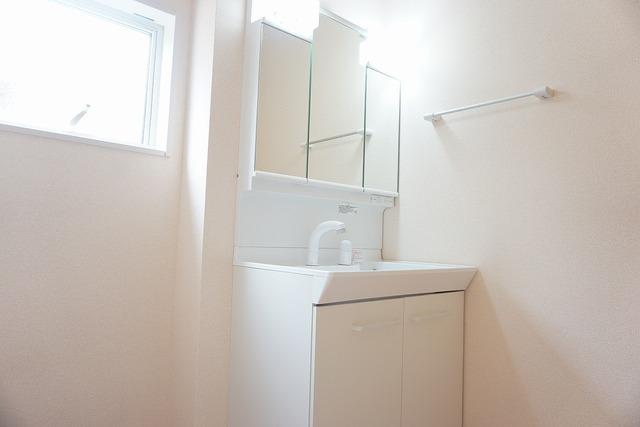 同仕様写真。シャワーホース付のシャンプードレッサー。鏡付きで毎朝の支度もはかどります。歯みがきセットや化粧品もきれいに整頓できますよ。