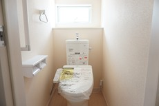 同仕様写真。ウォシュレット付トイレです。節水機能もあるので、安心して使えますね。もちろん、1階2階の2ヶ所にトイレがあるので、忙しい朝にもゆとりができますね。