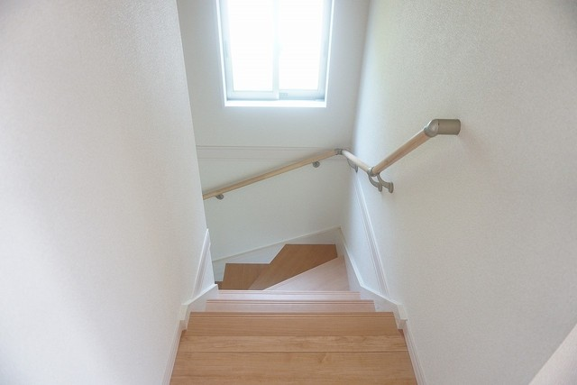 同仕様写真。手すり付きの階段は、勾配も緩やかに設計されており、採光も十分に計算され、安全性を重視。
