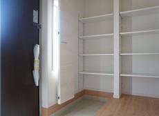 同仕様写真。採光も考えられた明るい玄関は、大型シューズクローゼット完備でスッキリ整頓できます。