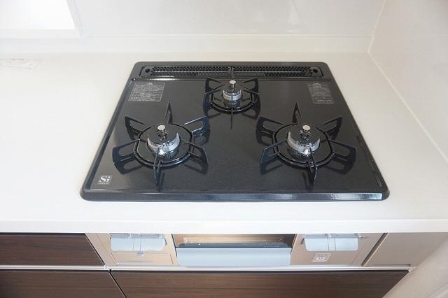 同仕様写真。3種類の料理が同時に調理できる、3口ガスコンロ。忙しい夕食の支度時間が短縮できて嬉しいですね。