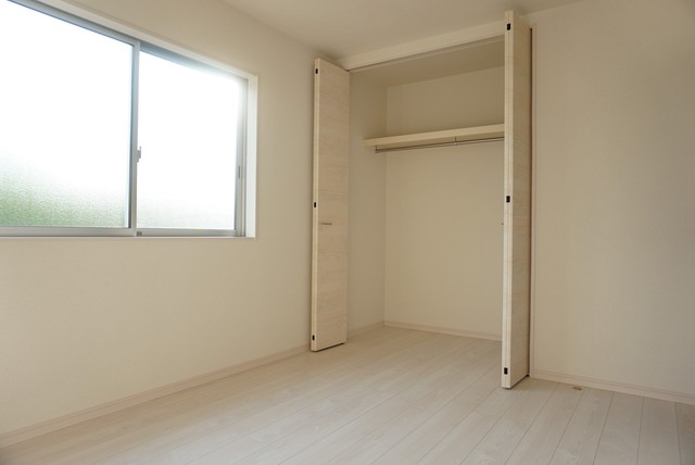 同仕様写真。住む人のこだわりを活かす洋室^^広めのクローゼットもあり荷物もすっきり片付けれ、ゆとりのある暮らしが出来ます^^
