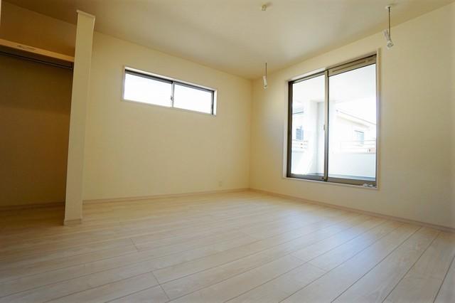 (同仕様写真)2面採光を確保した明るい室内は、風通しも良く、大変居心地の良い空間となっております。