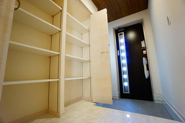 (同仕様写真)大容量のシューズボックスがついた玄関です。スリット(採光窓)の玄関扉により、採光もしっかり確保^^