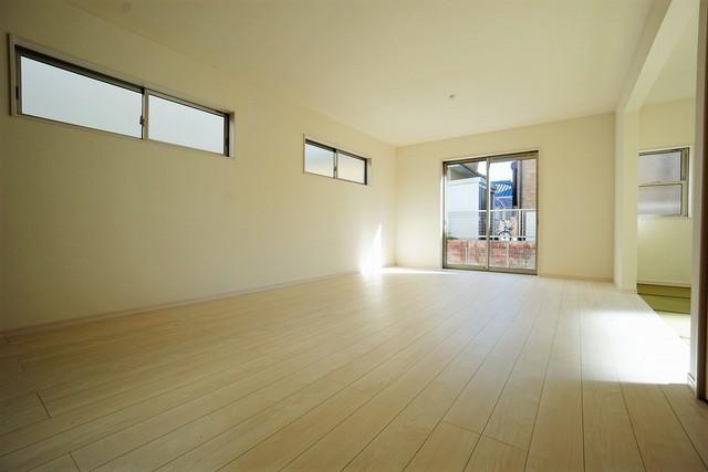 (同仕様写真)窓ガラスは日射熱や紫外線を大幅にカットできる遮熱Low-e複層ガラスを採用し良質な室内環境と冷暖房負担の軽減を実現します。