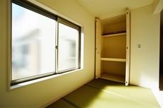 (同仕様写真)リビングの隣には、畳コーナーをご用意しました。お子様のお昼寝や、家事、来客時など、用途は様々です。