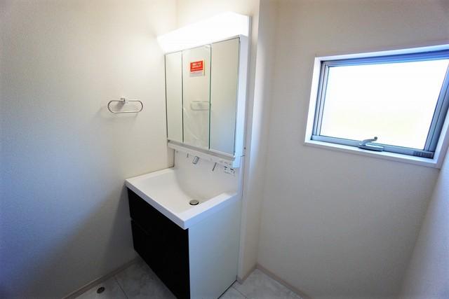 (同仕様写真)ミラー扉の内側が収納スペースになっています。洗顔やシャワーがしやすい大容量のボウルに、リフトアップできるシングルレバーシャワー、更にくもり止め鏡と、忙しい朝の準備が快適です。