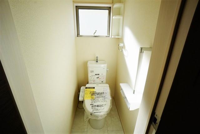 (同仕様写真)ウォシュレット、暖房便座、オートパワー脱臭、節電・節水機能、など、使い勝手のよい、高機能トイレ。汚れがかくれる場所がない進化したフチ形状で、汚れてもサッとひとふきでお手入れカンタン。