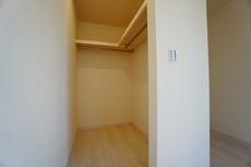 (同仕様写真)扉のない幅広のウォークインクローゼット。通気性が良く衣類の出し入れもスムーズにできますね。