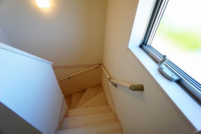 (同仕様写真)踏み場の広い手摺付き階段です。勾配も緩やかに設計されており、高齢の方でも安心できますね^^足元灯も完備されており安心です。