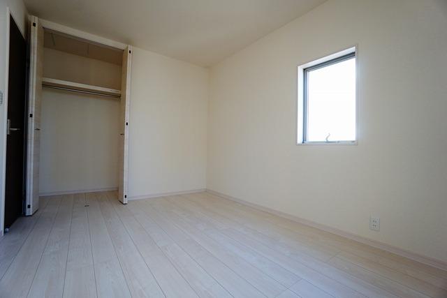 (同仕様写真)全居室にはたっぷり収納できる大型クローゼットを設置しています。窓には断熱性・保温性にすぐれ、省エネ効果のあるペアガラスを採用。冬には結露を防止します。