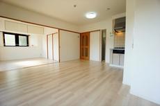 家族が集まる開放的なリビング。5.9帖の洋室と合わせると18.1帖の大空間になります^^