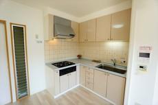 部屋の端に位置する壁付けキッチンは、デッドスペースができにくいため、その分リビングやダイニングを広くしやすいという魅力があります。