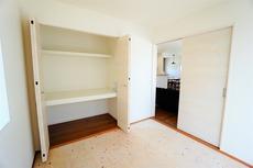 (同仕様写真)LDKに隣接する和室です。様々な使用用途で活躍しそうです。