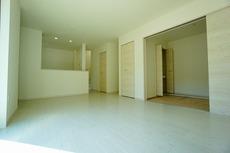 おしゃれで過ごしやすいリビングです。隣接する和室と合わせると18帖以上の大空間になります。