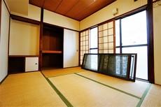 バルコニーに面した6帖の和室です。押入れや棚など、荷物もスッキリ片付きます。