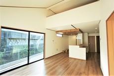 グルニエやスタディーコーナー、和室が設けられた開放的で機能的なLDK。日の光が優しく差し込む空間です^^