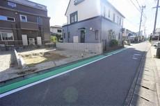 前面道路は歩道整備してあるので、安心です。