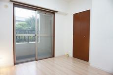 4.5帖の洋室です。子供部屋に適しています。収納もあり便利です。
