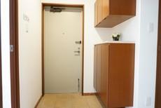 落ち着きのある広々とした玄関です。シューズボックスも大容量です。
