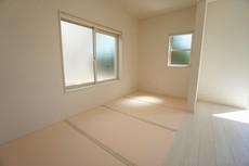 リビング横には畳コーナーがあり、くつろぎスペースや客間など、使い勝手が良く大活躍します。