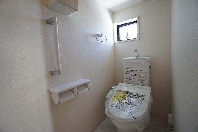 ウォシュレット付トイレです。節水機能もあるので、安心して使えますね。もちろん、1階2階の2ヶ所にトイレがあるので、忙しい朝にもゆとりができますね。