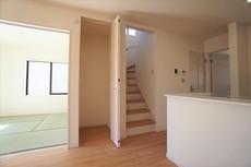 手すり付きの階段は、勾配も緩やかに設計されており、採光も十分に計算され、安全性を重視。