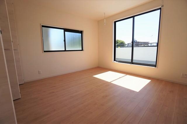 2面採光を確保した明るい室内は、風通しも良く、大変居心地の良い空間となっております。爽やかな風を感じて起きる朝は、快適生活の始まりに。