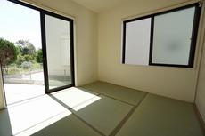 リビング横には和室があり、くつろぎスペースや客間など、使い勝手が良く大活躍します。