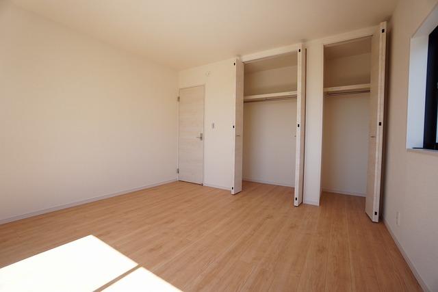 8帖の洋室は2階リビングとして、ファミリースペースとして、広めの主寝室として、様々な使い方がありそうです。