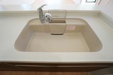 大きめの鍋も洗える使い勝手の良い異形シンク。水はねの音や食器が当たる音を大幅に軽減する静音仕様です。