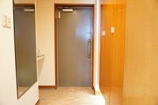 ダウンライト付きの落ち着きのある玄関。シューズボックスも大容量です。家族全員の靴がきれいに整頓できます。