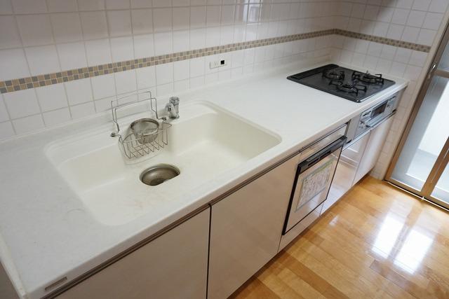 人造大理石のシンクは耐熱性に優れており、日ごろのお掃除もふき取るだけでOK。
