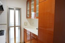 キッチンは幅広で食器棚などを設置できるスペースも確保。使い勝手の良いキッチンで家事の効率も良い設計になっております。