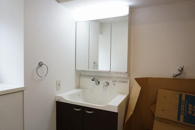 三面鏡つき洗面台。収納も一体型になっているので、ドライヤーやヘアアイロンの置き場に困りませんね。