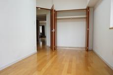 落ち着いた雰囲気の寝室です。大容量のクローゼットも完備しています。
