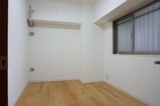 落ち着いた雰囲気の寝室です。ナチュラル色のフローリングで開放的な優しい雰囲気になっています。