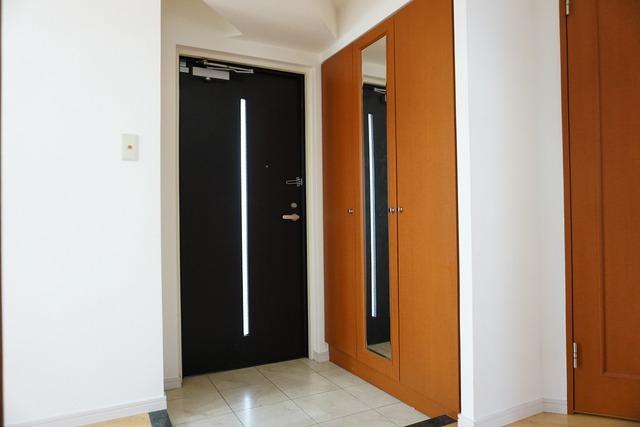 落ち着きのある玄関。シューズボックスも大容量でミラー付き。外出時のチェックに活躍しますね。