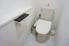 温水洗浄機付トイレです。節水機能もあるので、安心して使えますね。収納も付いています。