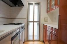 独立型のキッチンで収納も多く使いやすいです。