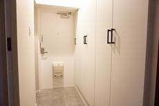 ホワイトを基調とした明るい玄関です。シューズボックスは大容量で増えがちな靴や物をすっきり収納できます。