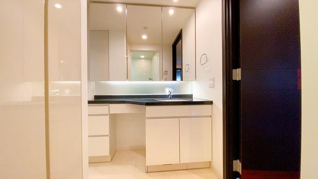 大型のミラーを配置したお洒落なデザインの洗面台です。下の収納も大容量なのでドライヤーやヘアアイロンの置き場に困りませんね。