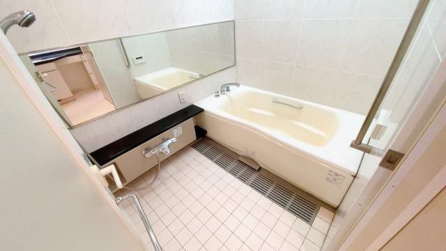 1日の疲れを癒すくつろぎのバスルーム。足を伸ばしてもゆったりと入れるサイズです。お子様と一緒にお風呂に入っても狭くないですね。